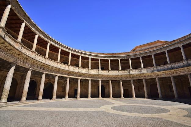 Landschaft innerhalb des palastes von charles v in la alhambra