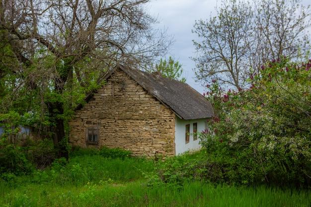 Landschaft mit altem vergessenem haus, das irgendwo in den dörfern moldawiens verlassen wurde