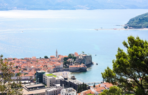 Landschaft mit ansichten von budva, montenegro
