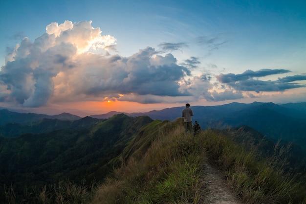 Landschaft mit bergblick und abenteuer in kanchanaburi thailand