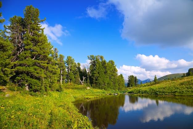 Landschaft mit bergen see