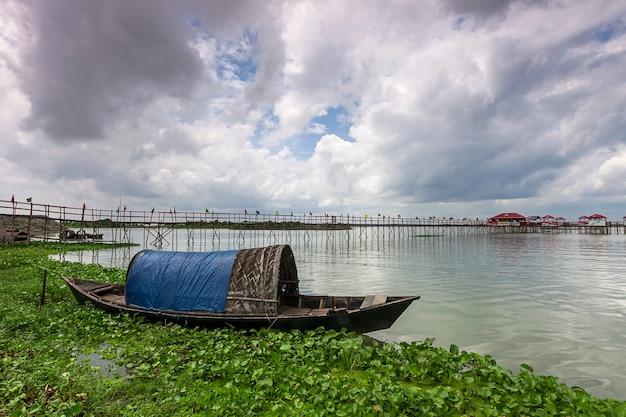 Landschaft mit boot in bangladesch. seen und flüsse. hintergrund