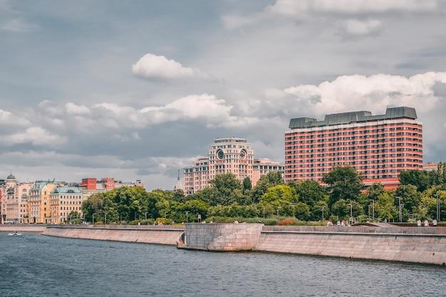 Landschaft mit dem bild des moskauer flussufers in moskau, russland.
