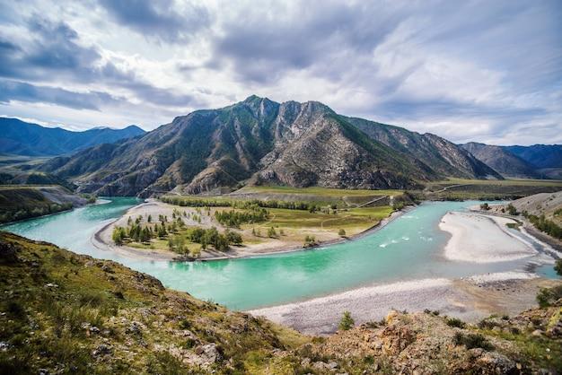 Landschaft mit dem fluss katun im altai-gebirge im herbst