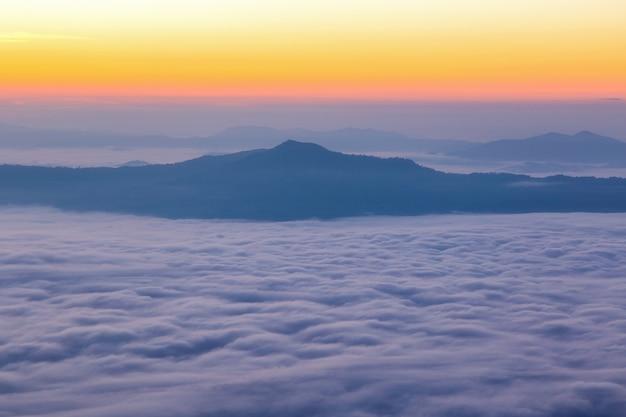 Landschaft mit dem nebel am pha tung berg