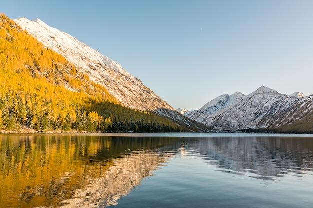 Landschaft mit dem see in den altai-bergen, russland.