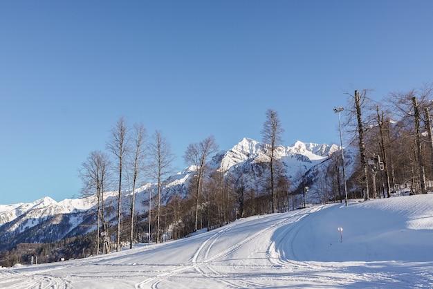 Landschaft mit den bergen und skipisten des skigebiets