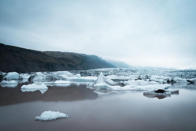 Landschaft mit eisschollen im gletschersee fjallsarlon
