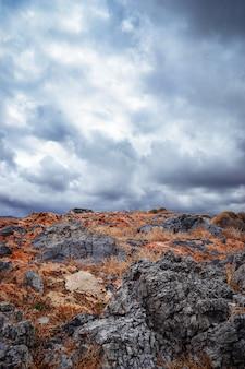 Landschaft mit felsen und bewölktem himmel