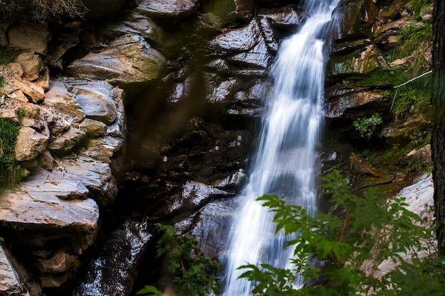 Landschaft mit fließendem wasser des wasserfalls in den bergen