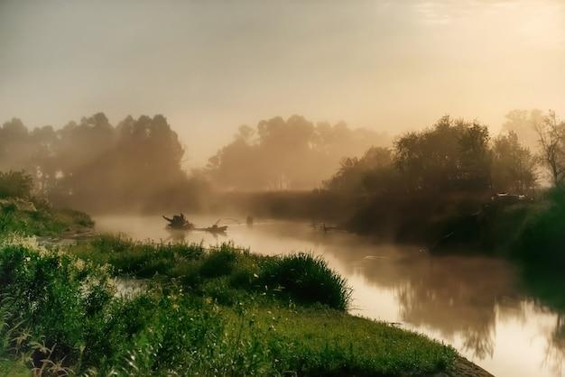 Landschaft mit mondlicht nachts über dem fluss. nebel über wasser und bäumen