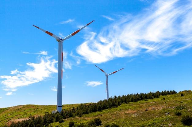 Landschaft mit öko-windkraftanlagen