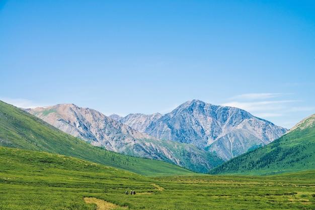 Landschaft mit riesigen bergen am sonnigen tag