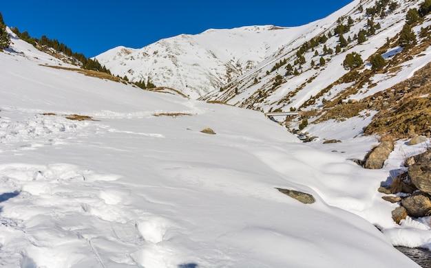 Landschaft mit schnee und flüssen in den pyrenäen