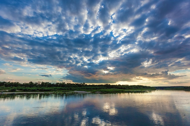 Landschaft mit schönem sonnenuntergang und wolken über dem fluss