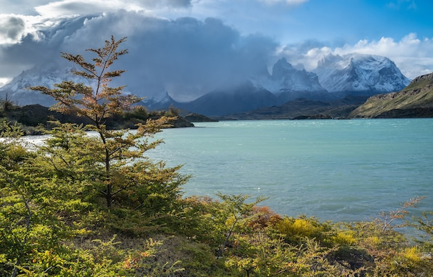 Landschaft mit see lago del pehoe im nationalpark torres del paine, patagonien, chile.