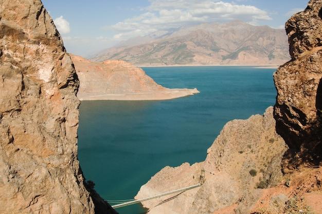 Landschaft mit see- und bergblick. usbekistan, charvak-stausee. natur zentralasiens
