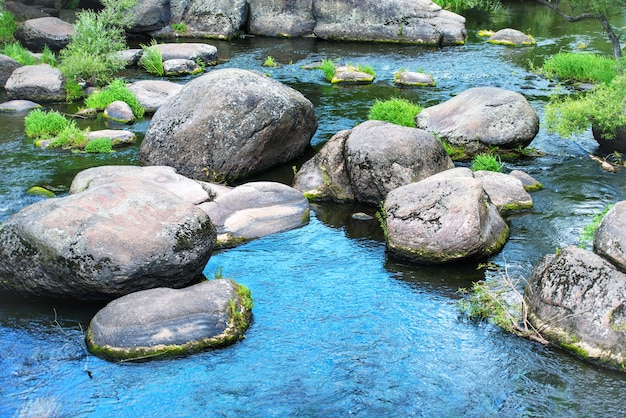 Landschaft mit steinen auf dem fluss Premium Fotos