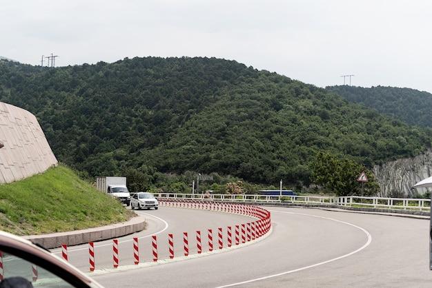 Landschaft mit straßenlauf auf dem hügel road