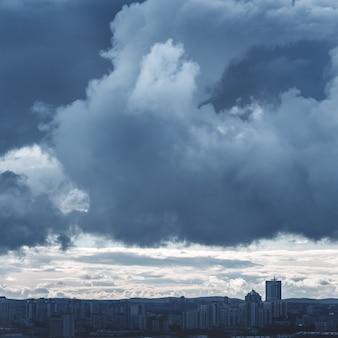 Landschaft mit stürmischem himmel und industriestadt