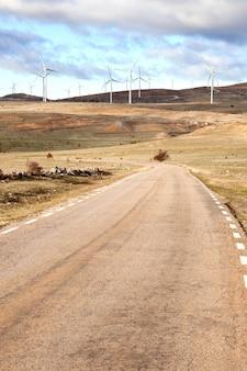 Landschaft mit windpark und vielen hohen windmühlen
