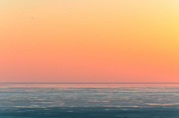 Landschaft, schöner goldener sonnenuntergang, roter himmel über salzsee elton.