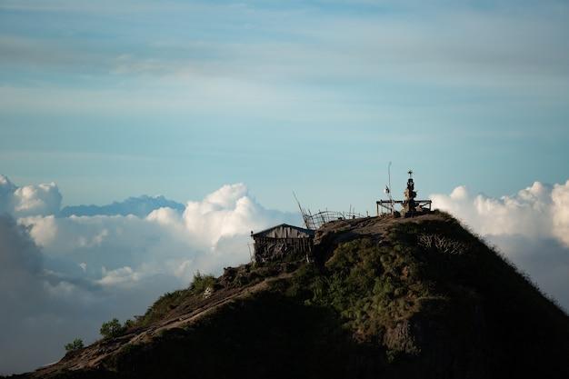 Landschaft. tempel in den wolken auf der spitze des batur-vulkans. bali, indonesien