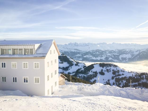 Landschaft und natur in grindelwald-tal mit wolken, blauem himmel und schnee bedeckt in der alpinen schweiz der wintersaison.