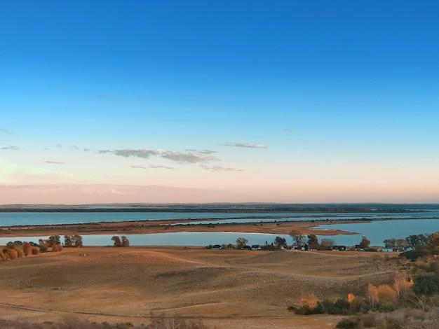 Landschaft und ostsee auf der insel hiddensee bei sonnenuntergang im herbst