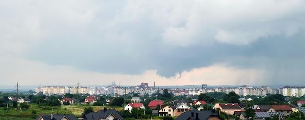 Landschaft von dunklen wolken, die sich während des gewitters über dem ländlichen gebiet der stadt am stürmischen himmel bilden.