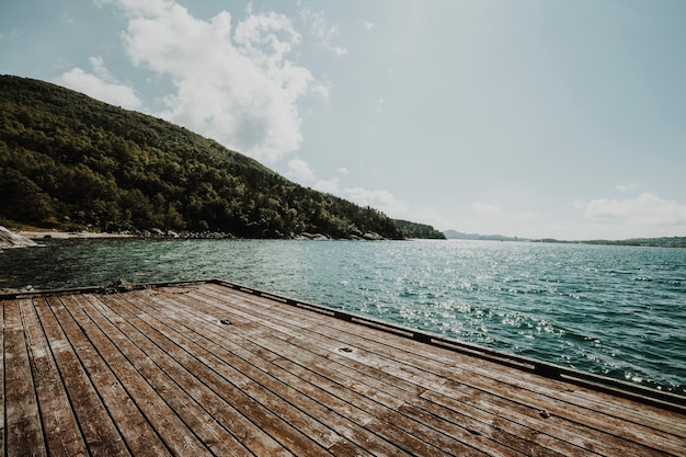 Landschaft von einem see mit einem pier