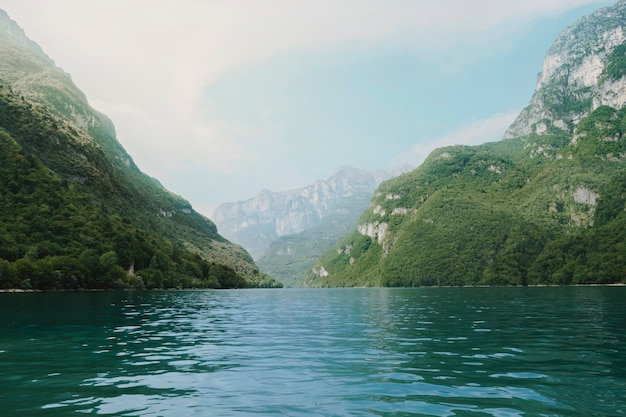 Landschaft von einem see, umgeben von bergen
