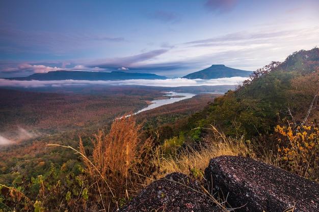 Landschaft von flüssen phu ho und loei ändern in der jahreszeit, loei-provinz, thailand.