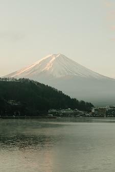 Landschaft von fuji bergblick und kawaguchiko see im morgensonnenaufgang, wintersaison bei yamanachi, japan.