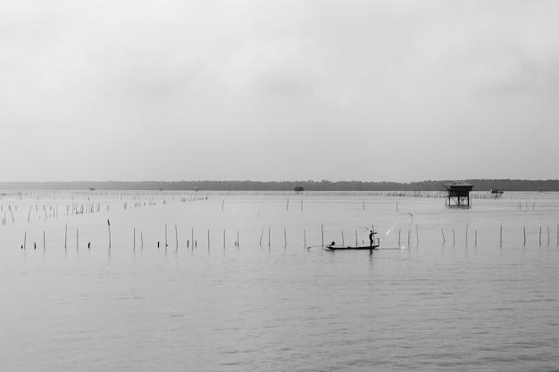 Landschaft von leuchttürmen mitten im meer