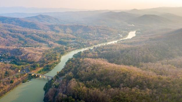 Landschaft von nan river von sirikit dam