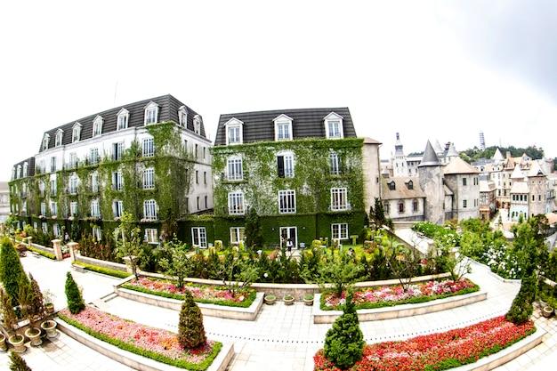 Landschaft von schlössern, bana-hügeln, schönes französisches dorf in da nang, vietnam