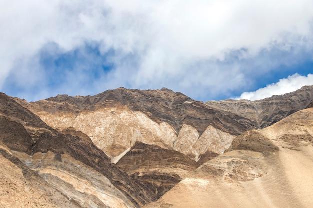 Landschaft von schnee und bewölkt auf himalaya-gebirge, leh ladakh, nördlicher teil von indien