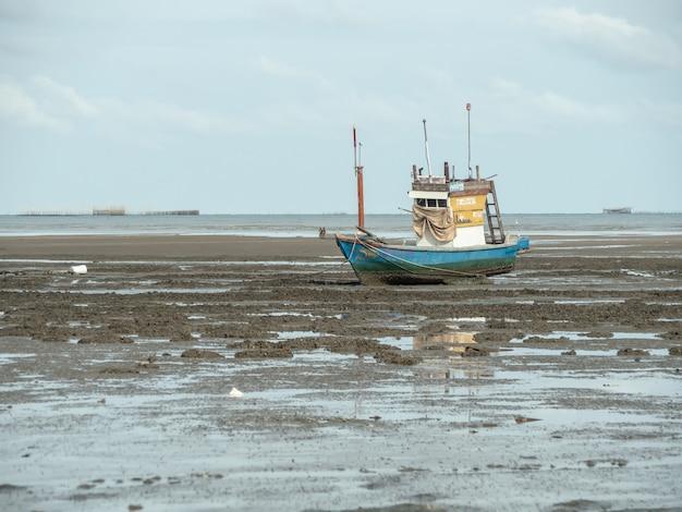 Landschaft von stränden mit meer und boot stößt, pattaya thailand zusammen.