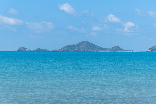 Landschaft von strand und meer mit rifffelsenstrand