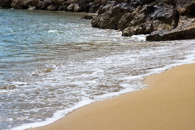 Landschaft von strand und meer. schöne küste mit sand