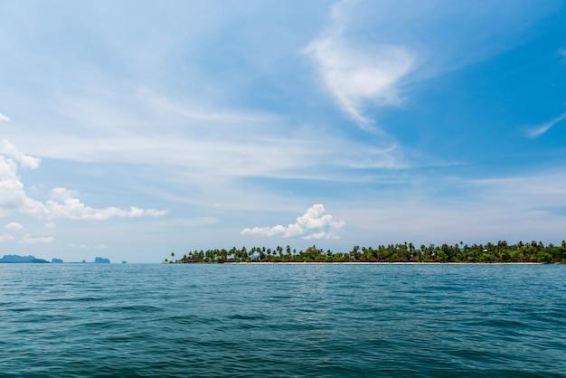 Landschaft von tropeninsel, koh muk, trang, thailand