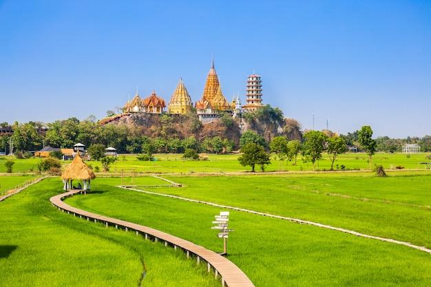 Landschaft von wat tham sua temple (tiger cave temple) mit jasminreisfeldern