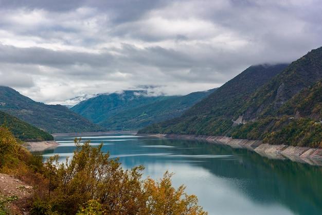Landschaft von zhinvalskoe reservoir, georgia. vierzig kilometer nördlich von tiflis.