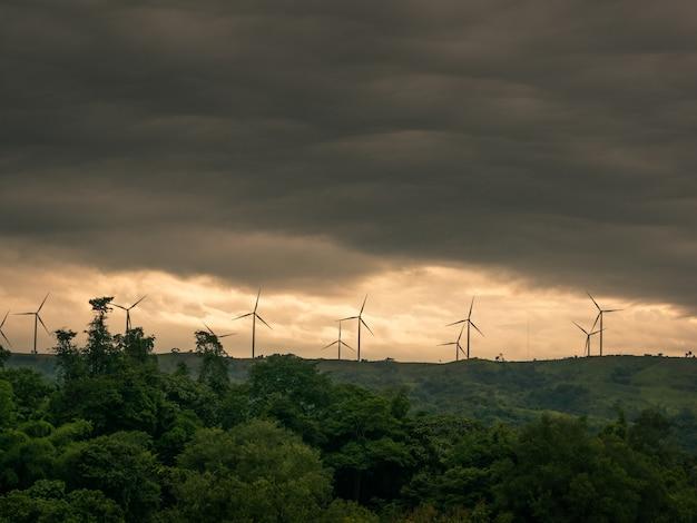 Landschaft vor dem gewitter wird von windturbinen für elektrizität in den bergen kommen