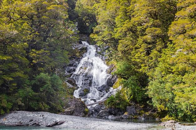 Landschaften der neuseeländischen wasserfall-südinsel