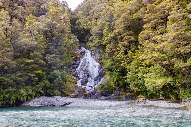 Landschaften der südinsel kleiner wasserfall südinsel neuseeland