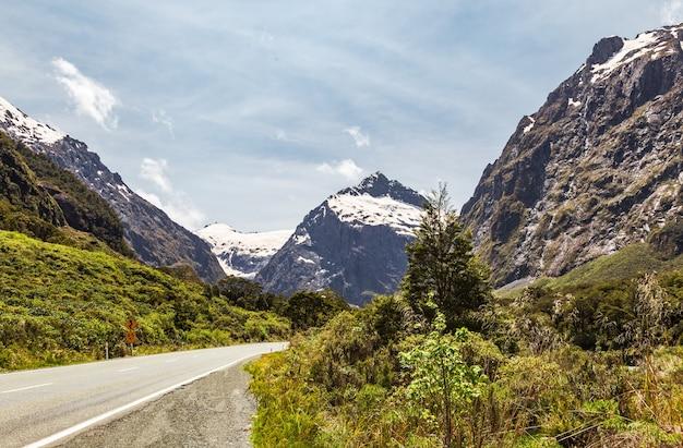 Landschaften des neuseeländischen deep valley mit spuren eines gletschers