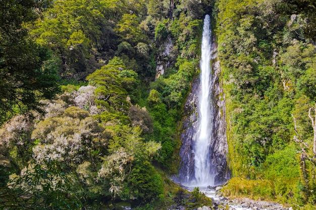 Landschaften des südinsel-wasserfalls unter dem grün der südinsel neuseeland