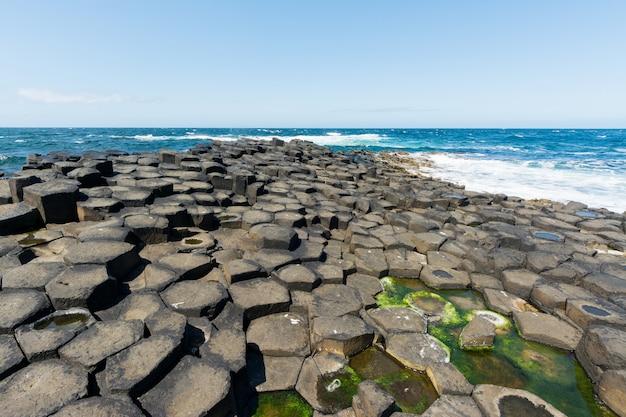 Landschaften irlands. damm des riesen, nordirland
